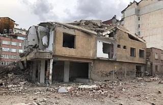 Elazığ'da ağır hasarlı 8 katlı bina korna...