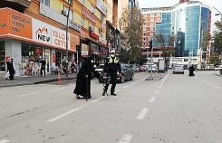 Elazığ'da polisten kalpleri ısıtan hareket:...