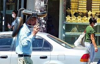 Sıcaktan korunmak isteyen vatandaştan ilginç yöntem:...