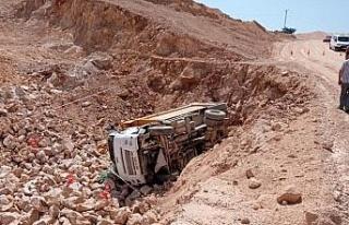 Elazığ'da kamyon şarampole devrildi: 1 ölü