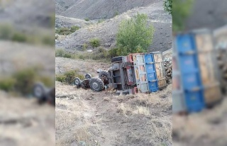 Odun yüklü traktör uçuruma yuvarlandı, sürücü...