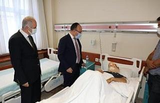 Vali Yırık, trafik kazasında yaralanan Dr. Öğr....