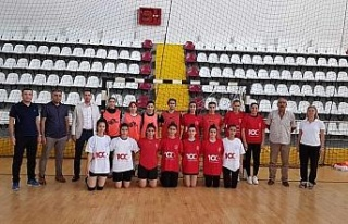 Elazığ Gençlik ve Spor İl Müdürü Eren, sporcularla...