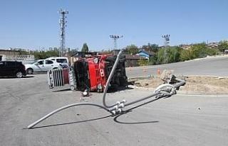 Elazığ'da direğe çarpan kamyon yan yattı: 1...