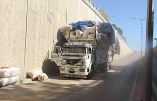 Saman yüklü kamyon alt geçide takıldı, yola savrulan...