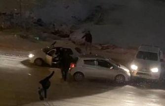 Elazığ'da kar yağışı etkili oldu, rampada kayan araçlar birbirine böyle çarptı