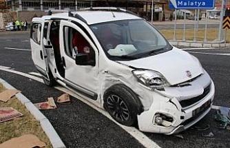 Kaza anı kamerada, otomobil ile hafif ticari araç çarpıştı: 6 yaralı