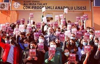 CHP Elazığ İl Başkanı Duran, öğrencilere Nutuk kitabını hediye etti