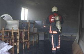 Elazığ'da depoda çıkan yangında 1 kişi dumandan etkilendi