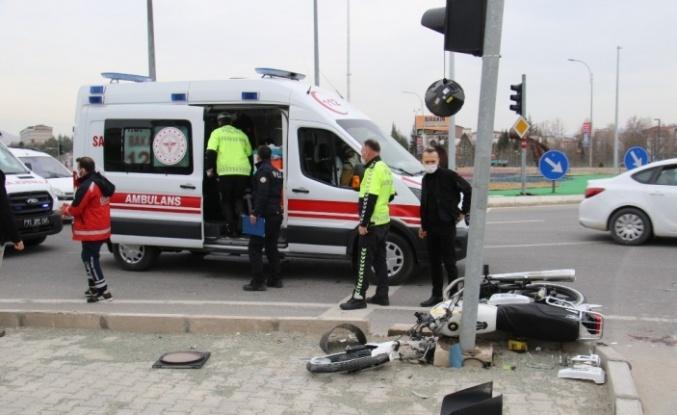 Motosiklet önce kaldırıma sonra direğe çarptı: 2 yaralı