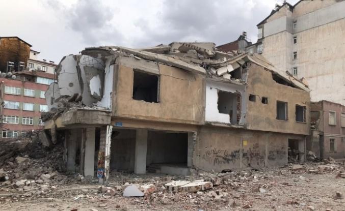 Elazığ'da ağır hasarlı 8 katlı bina korna sesi ile yıkıldı