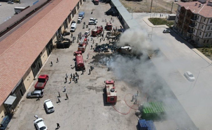 Elazığ'da sebze hali deposu alevlere teslim oldu