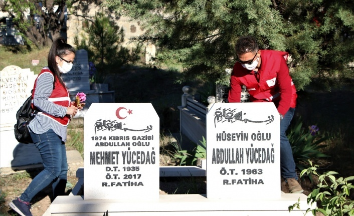 Elazığ'da 250 gönüllüden, mezarlıklarda vefa hizmeti