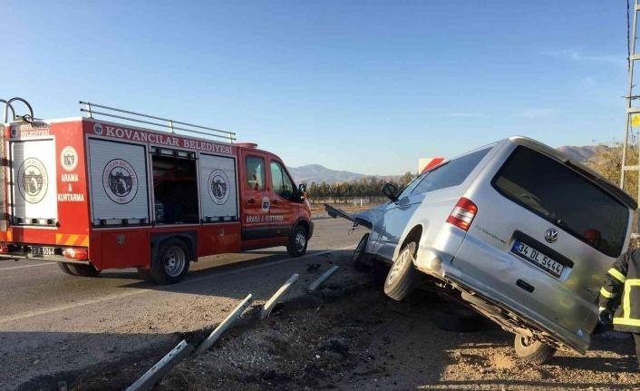 Elazığ'da hafif ticari araç bariyere çarptı: 2 yaralı